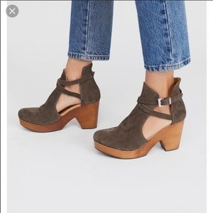 LIKE NEW free people cedar clog in taupe suede